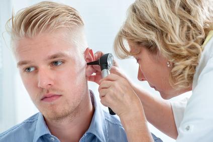 осмотр уха врачем